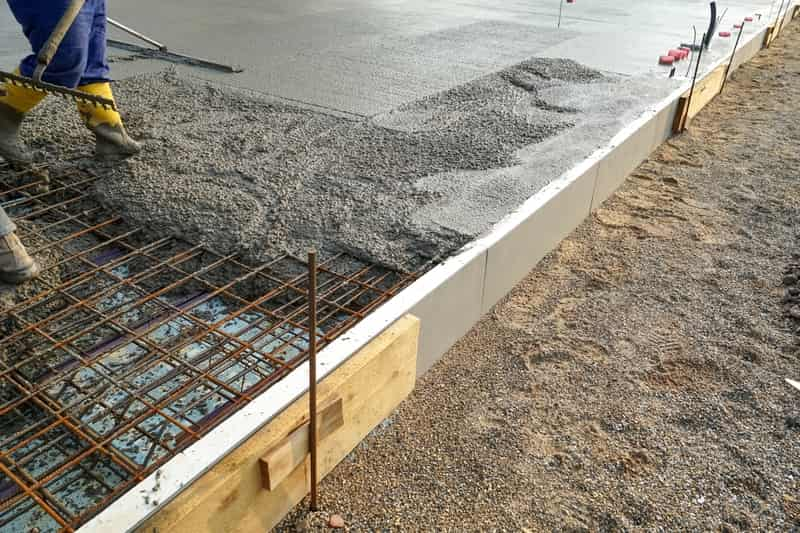 Ile betonu potrzeba na fundamenty, a ile na strop? Kalkulator objętości betonu