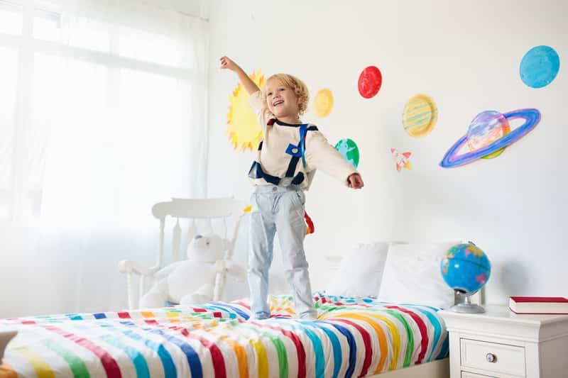 Naklejki na ścianę dla dzieci – ciekawe motywy, opinie, inspiracje, ceny