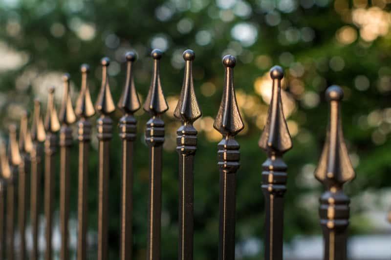 Elementy ogrodzeniowe - przegląd najważniejszych elementów każdego ogrodzenia