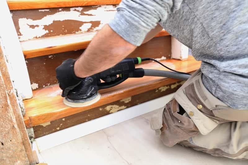Renowacja schodów drewnianych krok po kroku – poradnik praktyczny