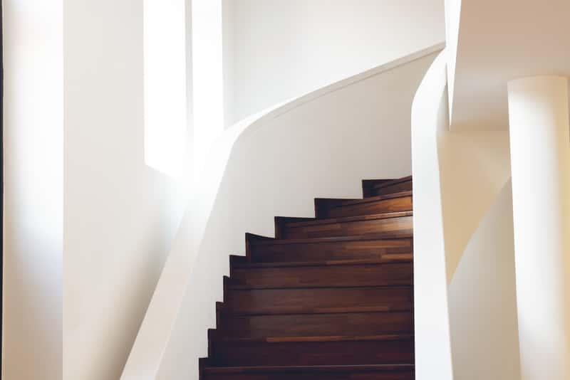 Schody drewniane na beton - najlepsze rodzaje drewna, ceny, opinie