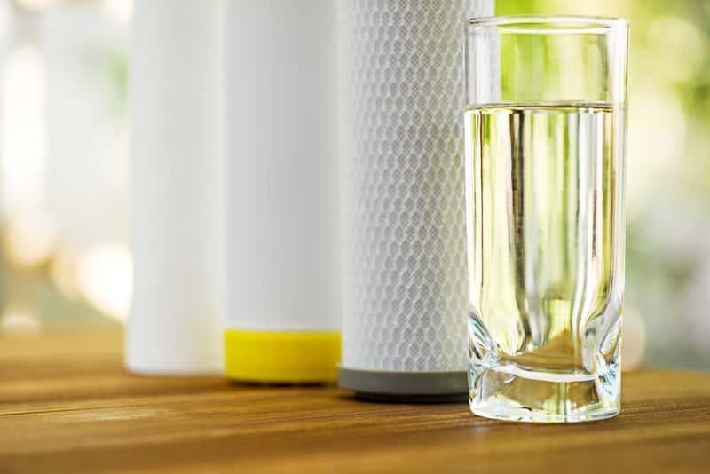 Uzdatnianie wody w domu - metody, urządzenia, porady